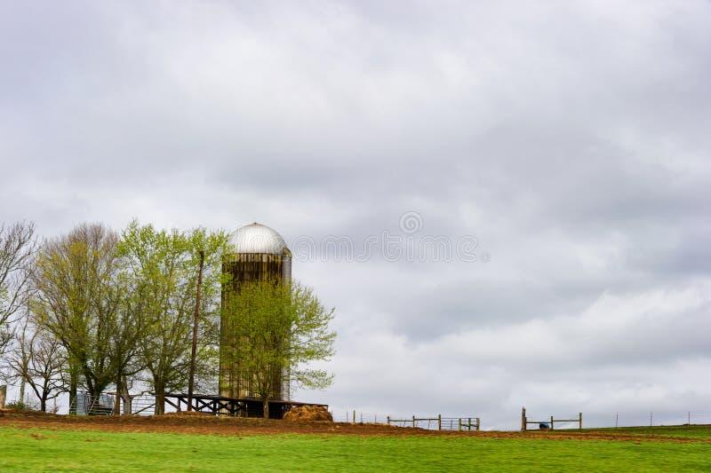 Silo na terra da exploração agrícola em Tennessee foto de stock