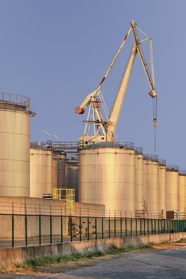 Silo's bij een olieraffinaderij in recente middag, Haven van Antwerpen, België stock afbeelding