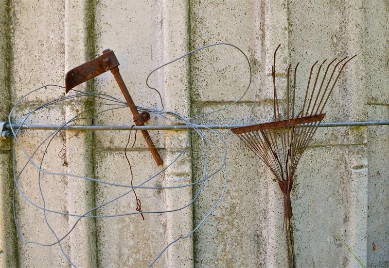 Silo som dekoreras med Rusty Junk royaltyfria bilder