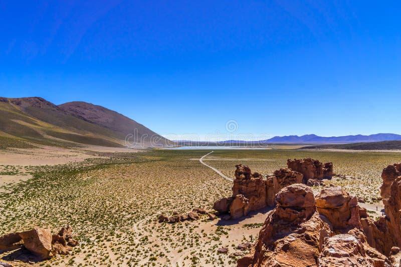 Siloli-Wüste in Altiplano von Bolivien durch Uyuni lizenzfreie stockfotos
