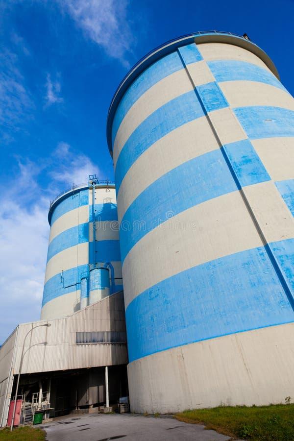 Silos concretos Azul-Blancos foto de archivo libre de regalías