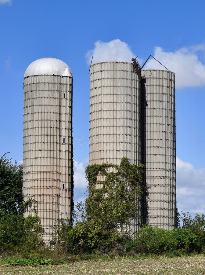 3 silos de cemento abandonados fotos de archivo