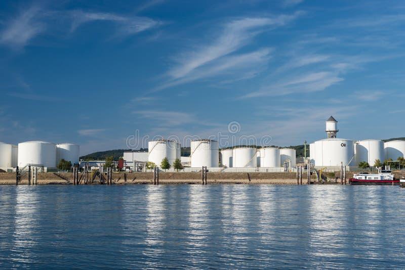 Silos de stockage, dépôt de combustible de pétrole et essence sur les banques de la rivière en l'Allemagne de l'Ouest sur un beau photographie stock libre de droits