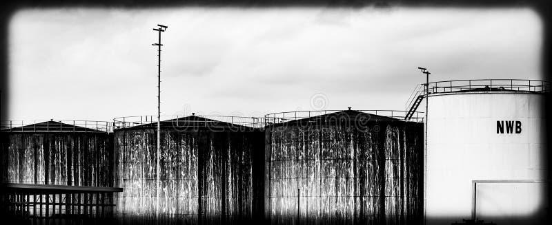 Silos in einem industriellen Hafen stockbild