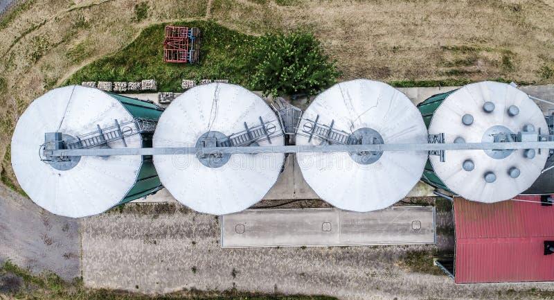 Silos en un campo para almacenar el grano, visión aérea fotos de archivo libres de regalías