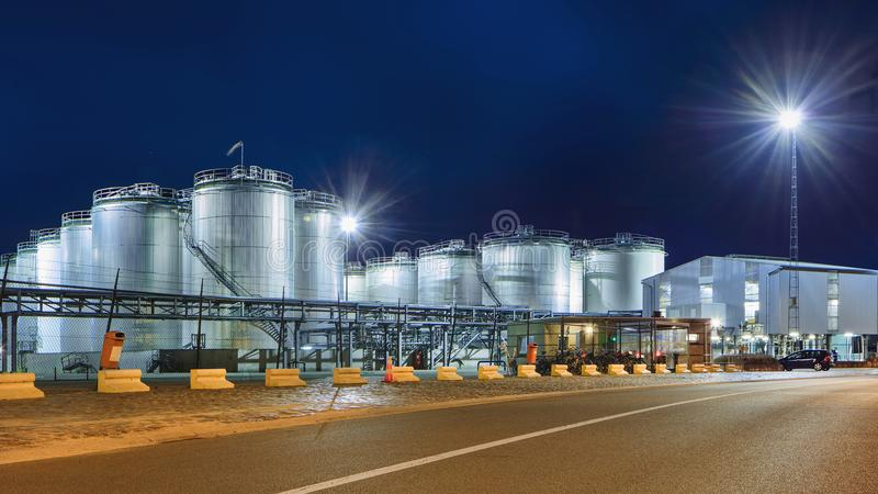 Silos massifs à l'usine pétrochimique lumineuse à la nuit, port d'Anvers, Belgique images stock