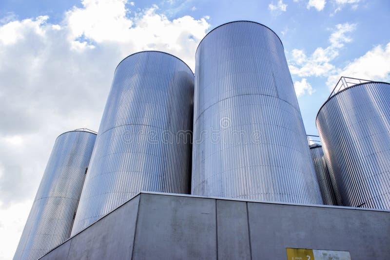 Silos w piwnej fabryce obrazy royalty free