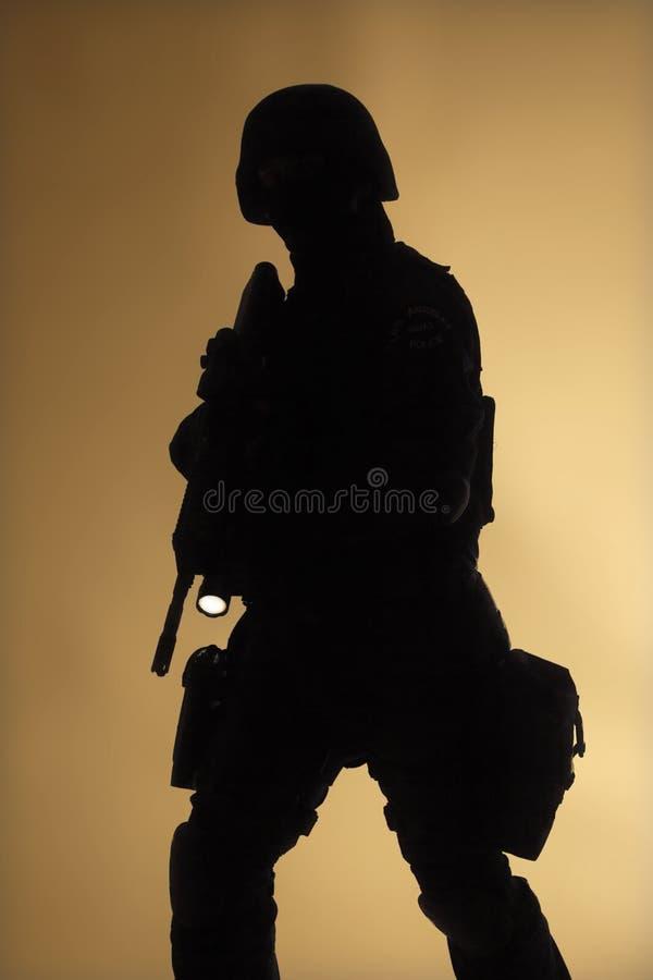 Silouette del oficial del GOLPE VIOLENTO en la niebla fotos de archivo libres de regalías