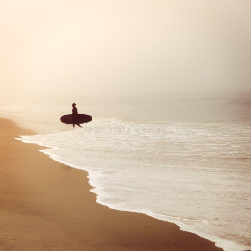 Silouette do surfista na névoa fotografia de stock royalty free