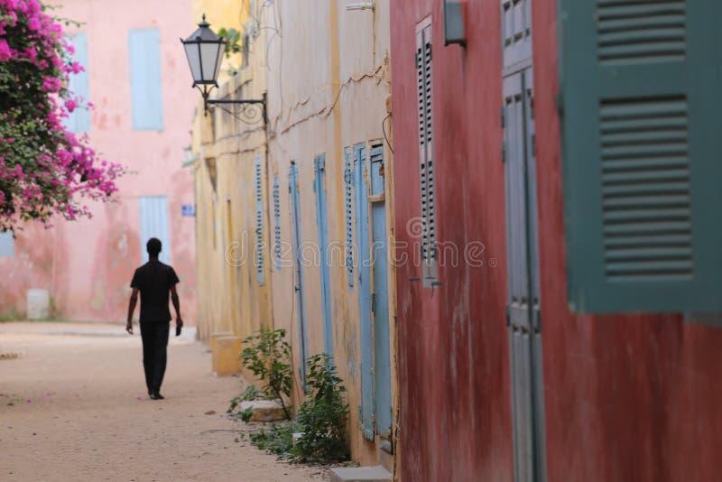 Silouhette w małej ulicie Goree w Senegal obrazy royalty free