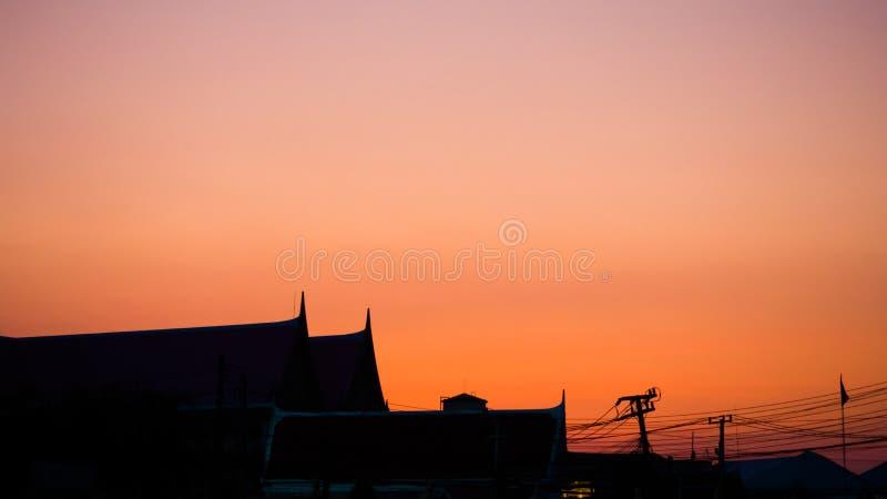 Siluate寺庙屋顶橙色天空日落 图库摄影