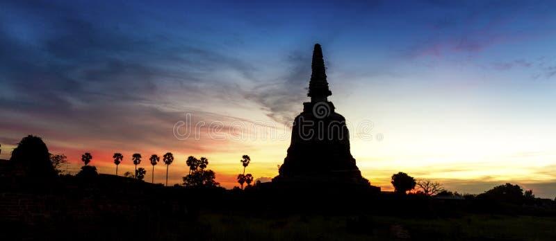 Siluate di vecchia pagoda a Ayutthaya fotografia stock