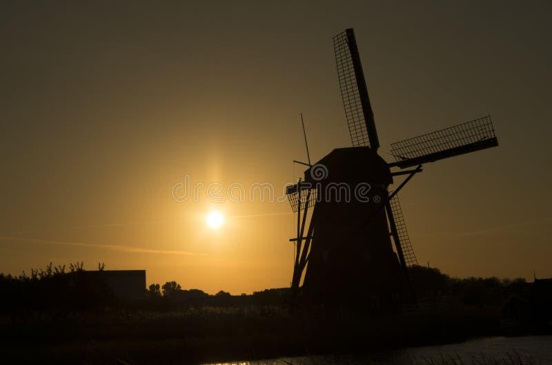 Siluet de moulin à vent néerlandais dans le coucher du soleil photo stock
