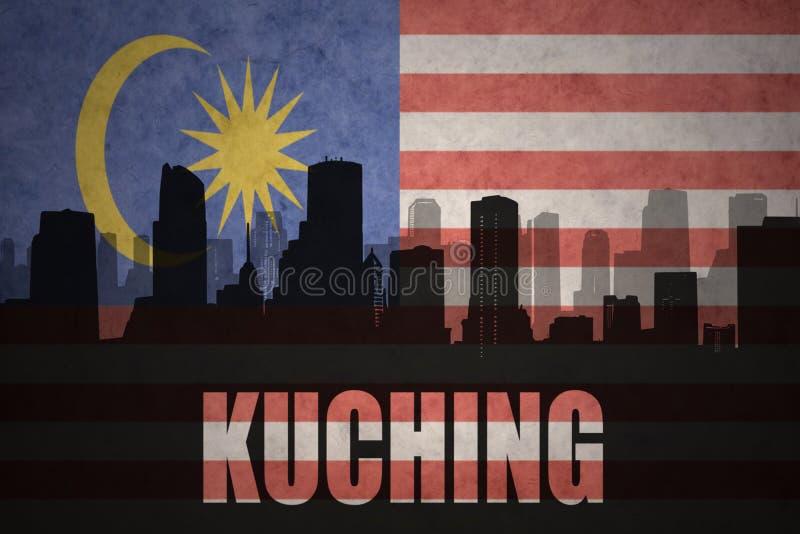 Silueta abstracta de la ciudad con el texto Kuching en la bandera del malasio del vintage imagenes de archivo