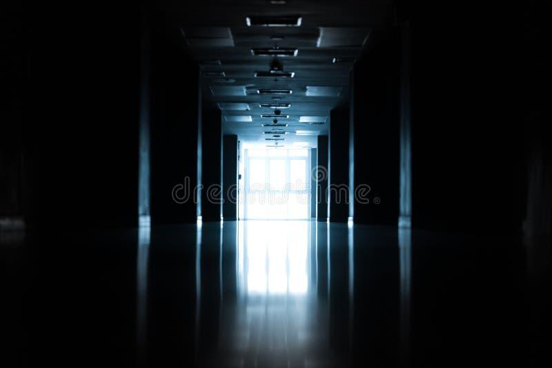Silueta abstracta del pasillo vacío en el edificio imagenes de archivo