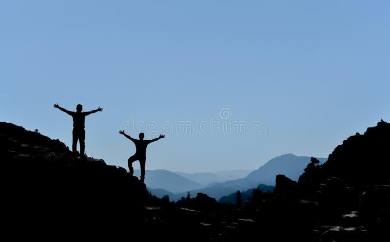 Download Silueta Acertada De Los Escaladores Foto de archivo - Imagen de montañas, acertado: 100526470