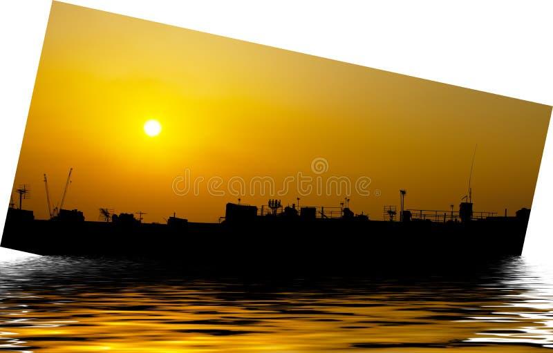 Silueta artística de la nave con puesta del sol imagenes de archivo
