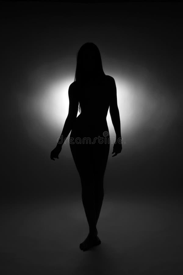 Silueta blanco y negro de la mujer joven linda imagen de archivo