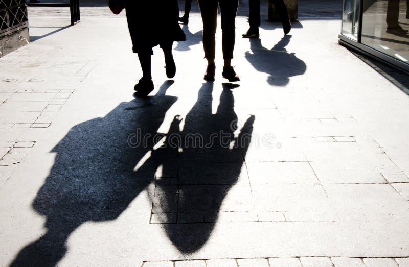 Silueta borrosa de la sombra de caminar de la gente fotografía de archivo libre de regalías