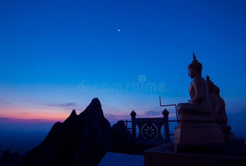 Silueta Buda en el top de la colina fotos de archivo