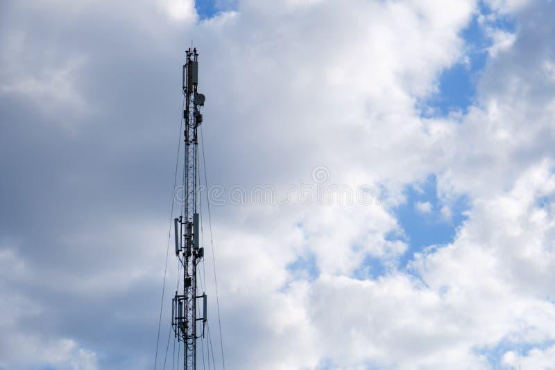 Silueta celular de la torre del teléfono móvil con el cielo azul foto de archivo libre de regalías