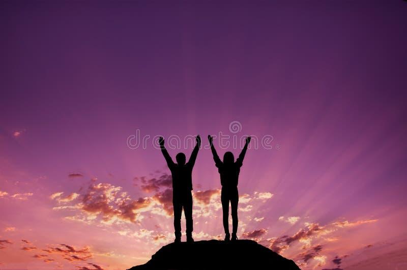 Silueta, chicas jóvenes y hombres celebrando la victoria fotos de archivo libres de regalías