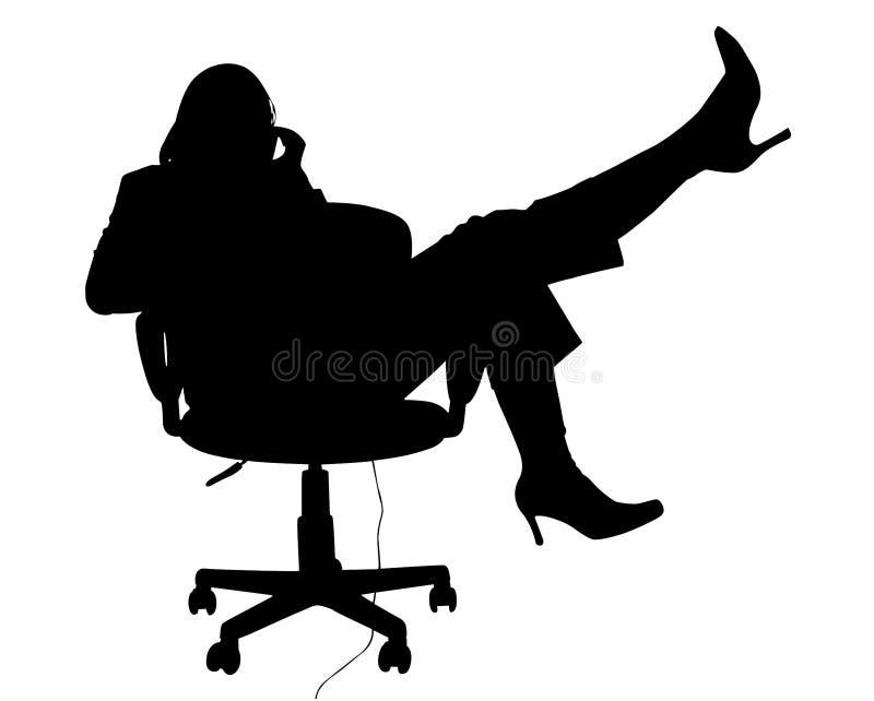 Silueta con el camino de recortes de la mujer en silla en el teléfono foto de archivo