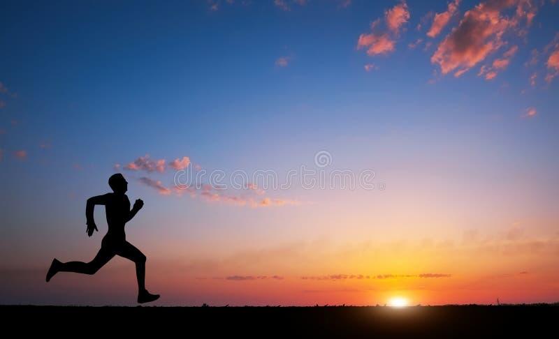 Silueta corriente del hombre en tiempo de la puesta del sol Deporte y estafa activa de la vida imagenes de archivo