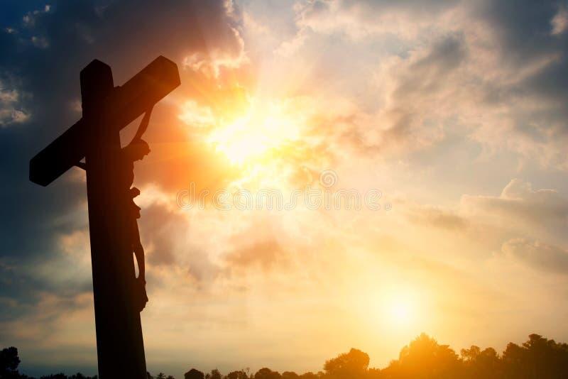 Silueta cruzada religiosa contra un cielo de la salida del sol de la ensenada fotos de archivo