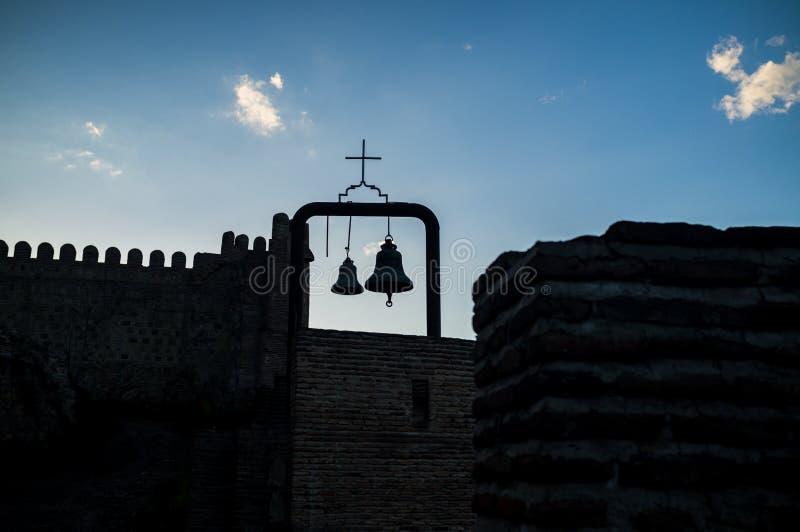 Silueta de campanas y de la cruz en la fortaleza de Narikala tbilisi imágenes de archivo libres de regalías