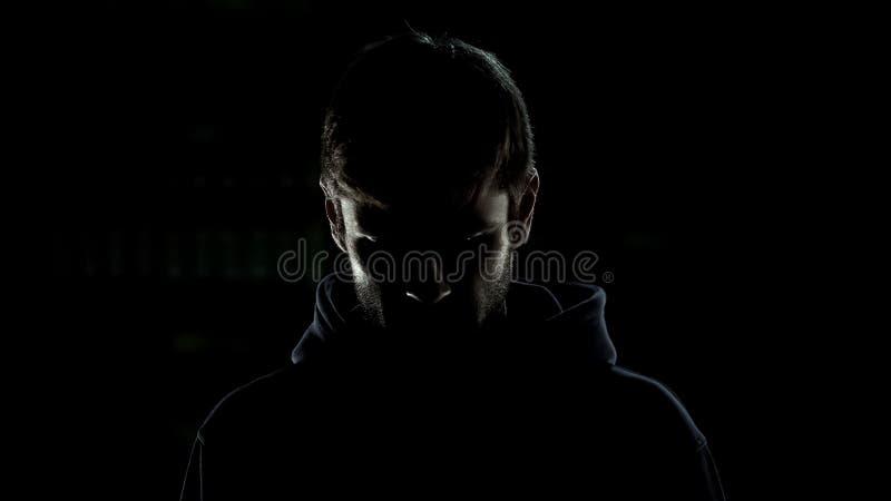 Silueta de decisiones incorrectas de pesar criminales aislada en fondo negro fotografía de archivo
