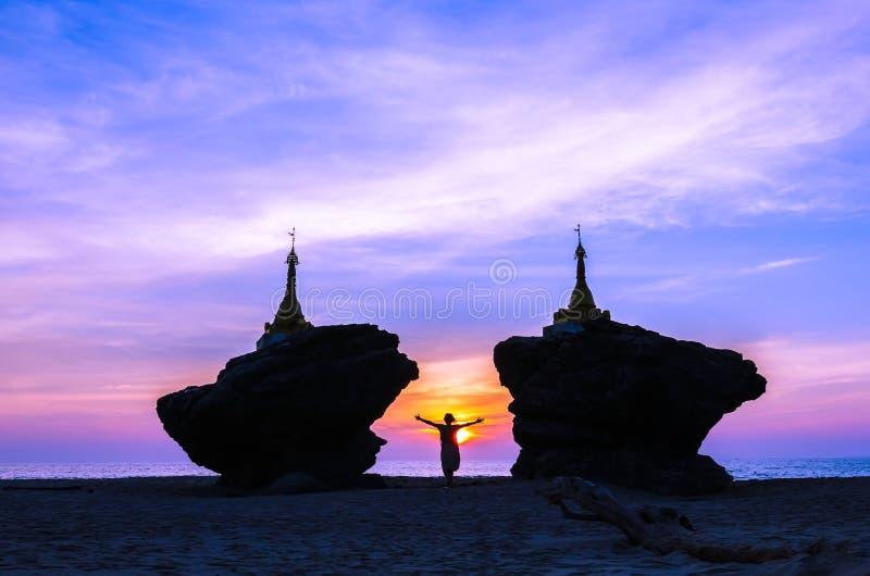 Silueta de dos pagodas de oro encima de rocas en la playa de Ngwesaung, costa oeste de Myanmar foto de archivo libre de regalías