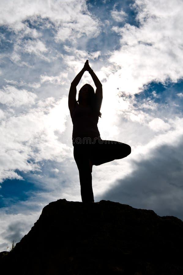 Silueta de la actitud de la yoga imagenes de archivo