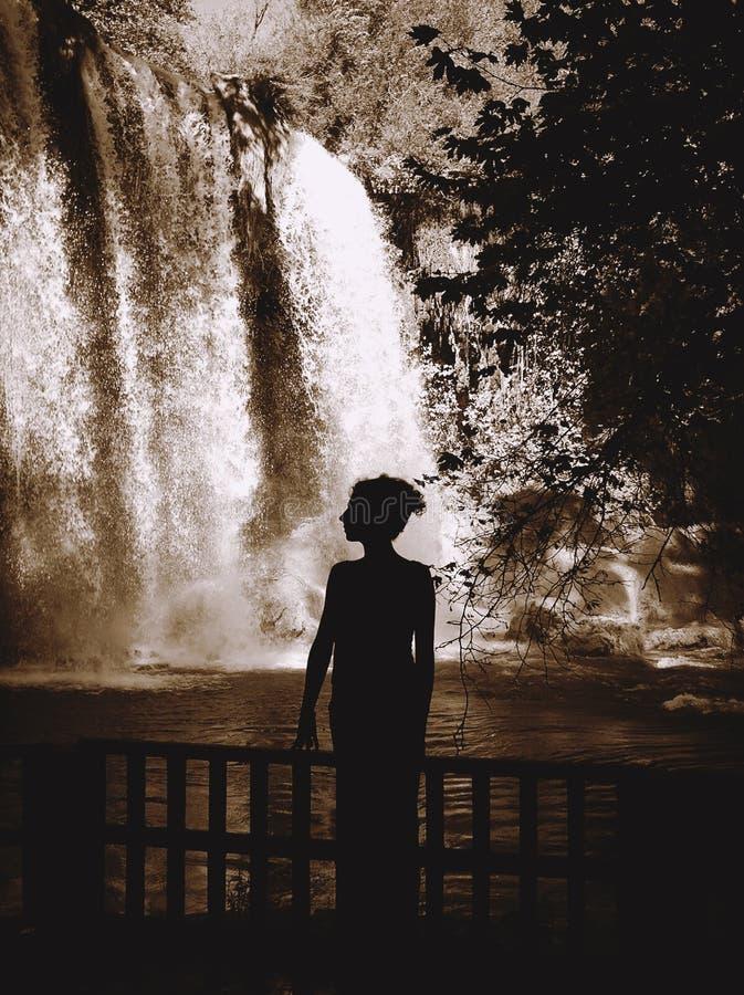 Silueta de la cascada que hace una pausa de la mujer imagen de archivo libre de regalías