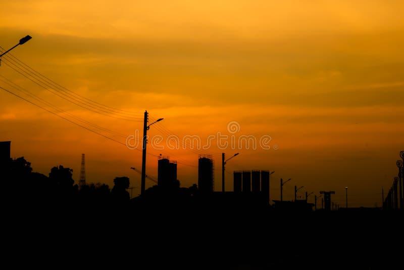 Silueta de la ciudad con el cielo de la puesta del sol foto de archivo
