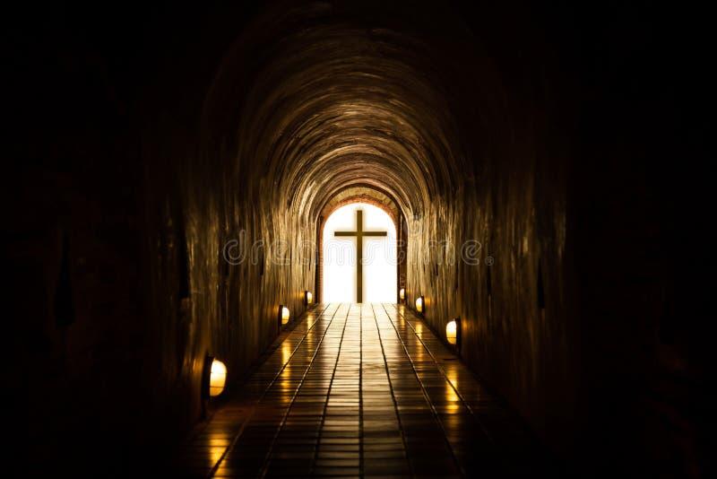 Silueta de la cruz en el extremo del túnel imágenes de archivo libres de regalías