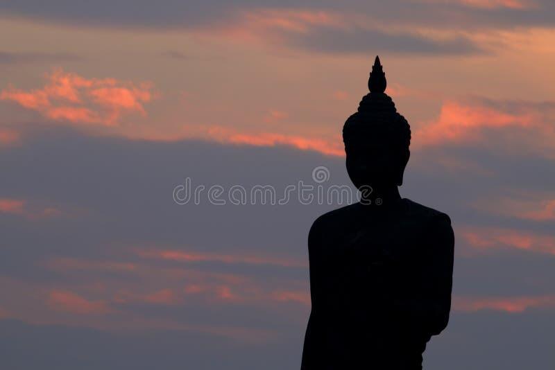 Silueta de la estatua de Buda en el Phutthamonthon fotografía de archivo