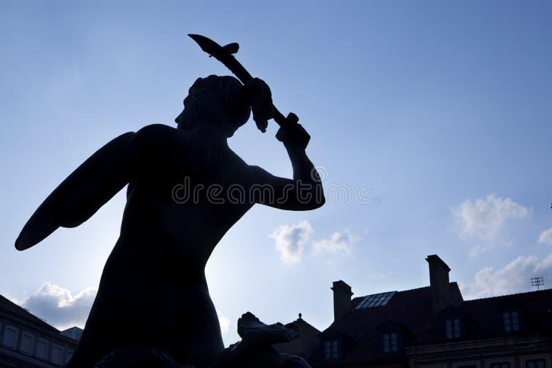 Silueta de la estatua de la sirena en el oldtown de Varsovia fotografía de archivo