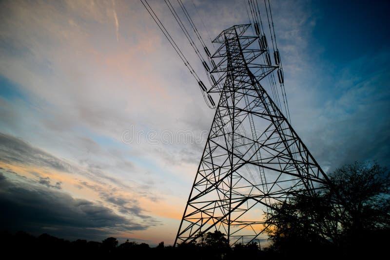 Silueta de la estructura eléctrica de alto voltaje del polo imagen de archivo