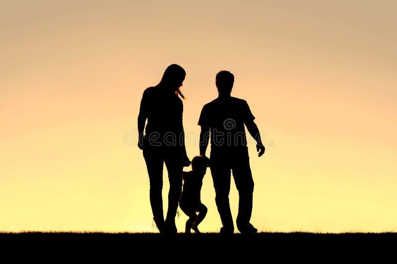 Silueta De La Familia De Tres Personas Que Caminan En La