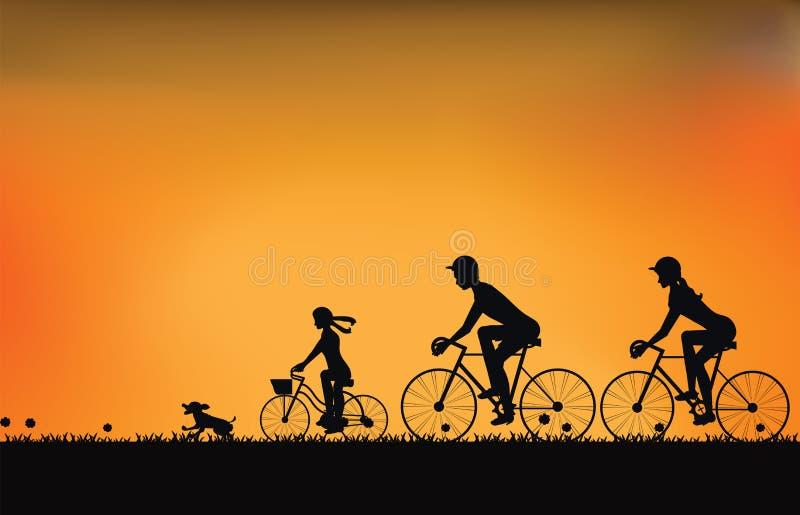 Silueta de la familia que conduce la bici con el cielo hermoso en la puesta del sol stock de ilustración