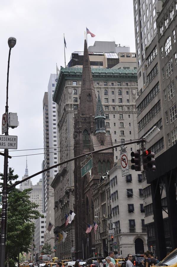 Silueta de la iglesia presbiteriana de Midtown Manhattan en New York City en Estados Unidos imagen de archivo