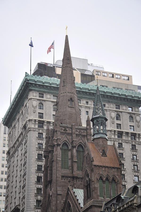 Silueta de la iglesia presbiteriana de Midtown Manhattan en New York City en Estados Unidos fotografía de archivo
