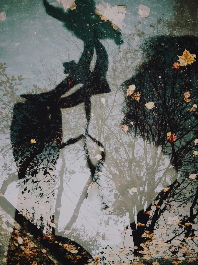 Silueta de la máscara y de una muchacha collage fotografía de archivo