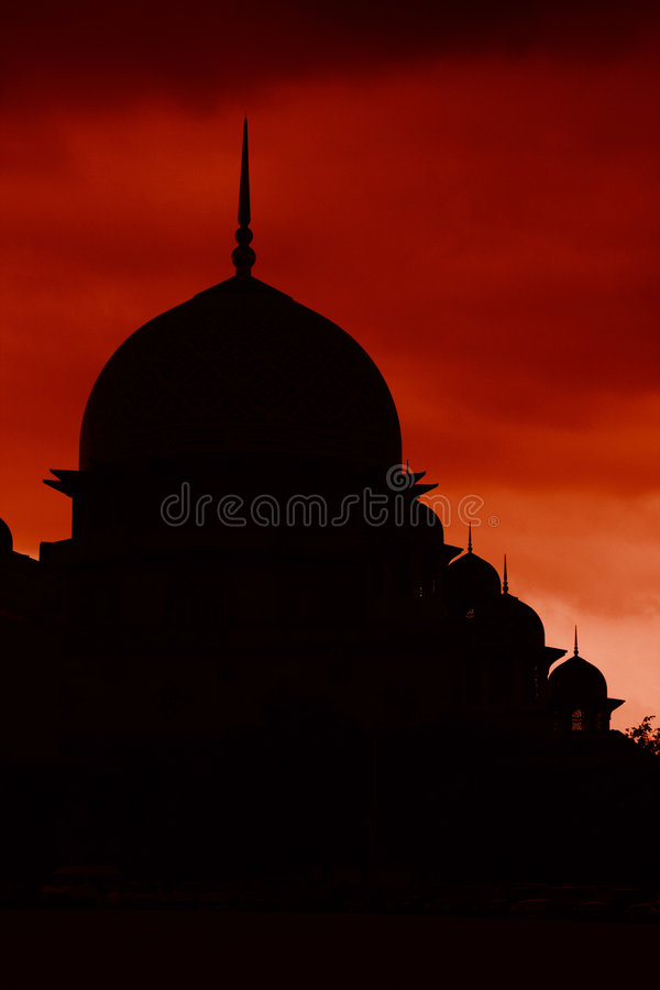 Silueta de la mezquita de Putrajaya con el cielo rojo imágenes de archivo libres de regalías