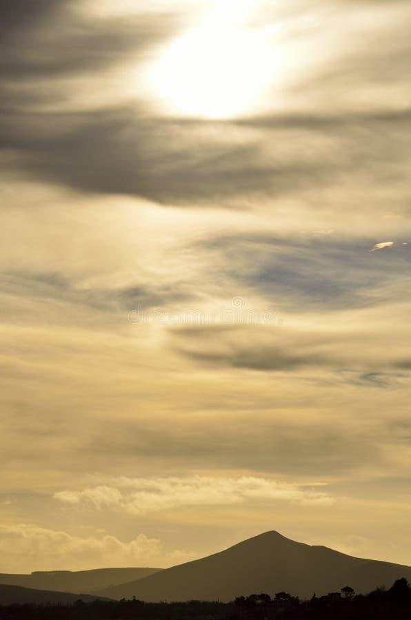 Silueta de la montaña, sol parcialmente obscurecido, condado Wicklow, Irlanda imagen de archivo libre de regalías
