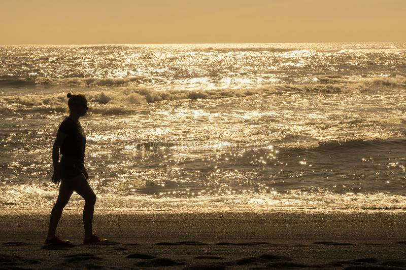 Silueta de la muchacha en la puesta del sol imágenes de archivo libres de regalías