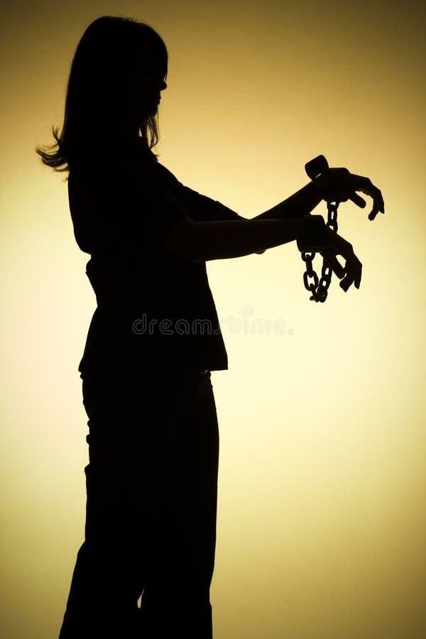 Silueta de la mujer con los encadenamientos foto de archivo libre de regalías