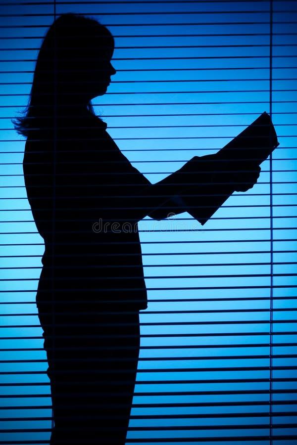 Download Silueta De La Mujer Con Los Papeles Imagen de archivo - Imagen de pío, intermitente: 1282647