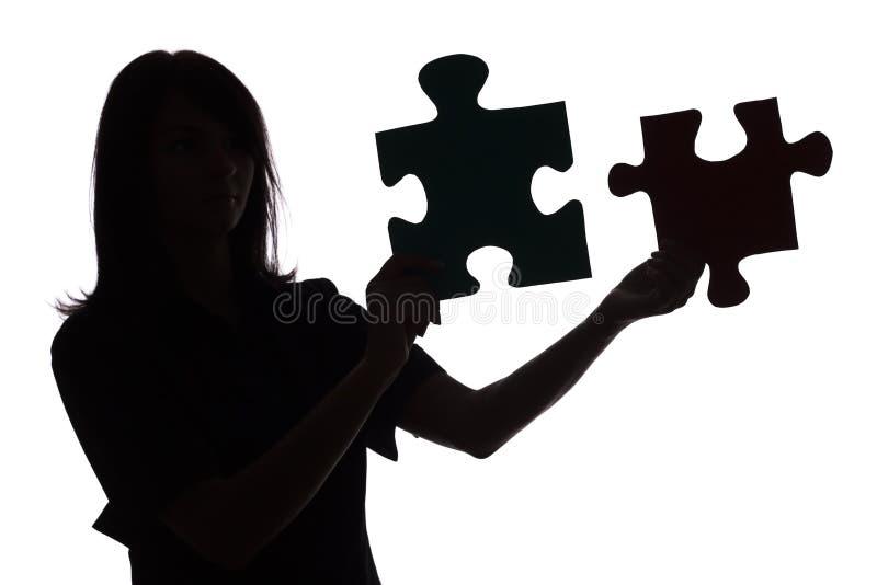 Silueta de la mujer con rompecabezas imagen de archivo libre de regalías
